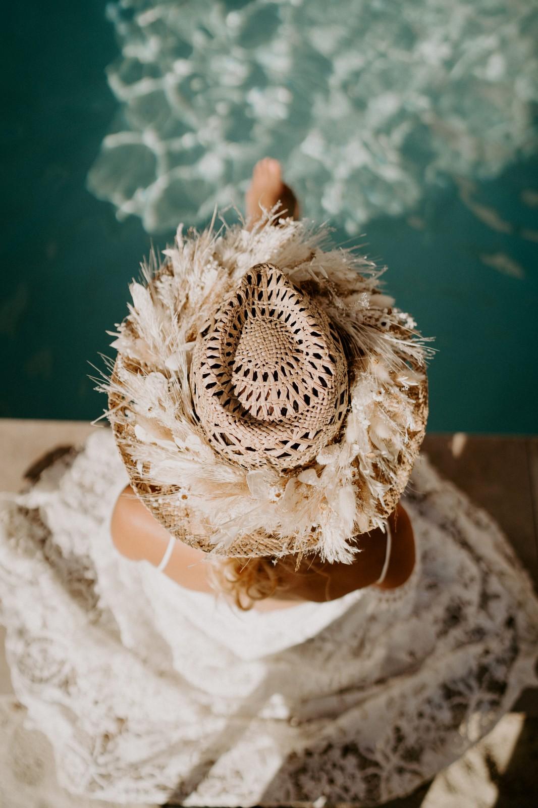Ameline porte un chapeau avec des fleurs séchées.