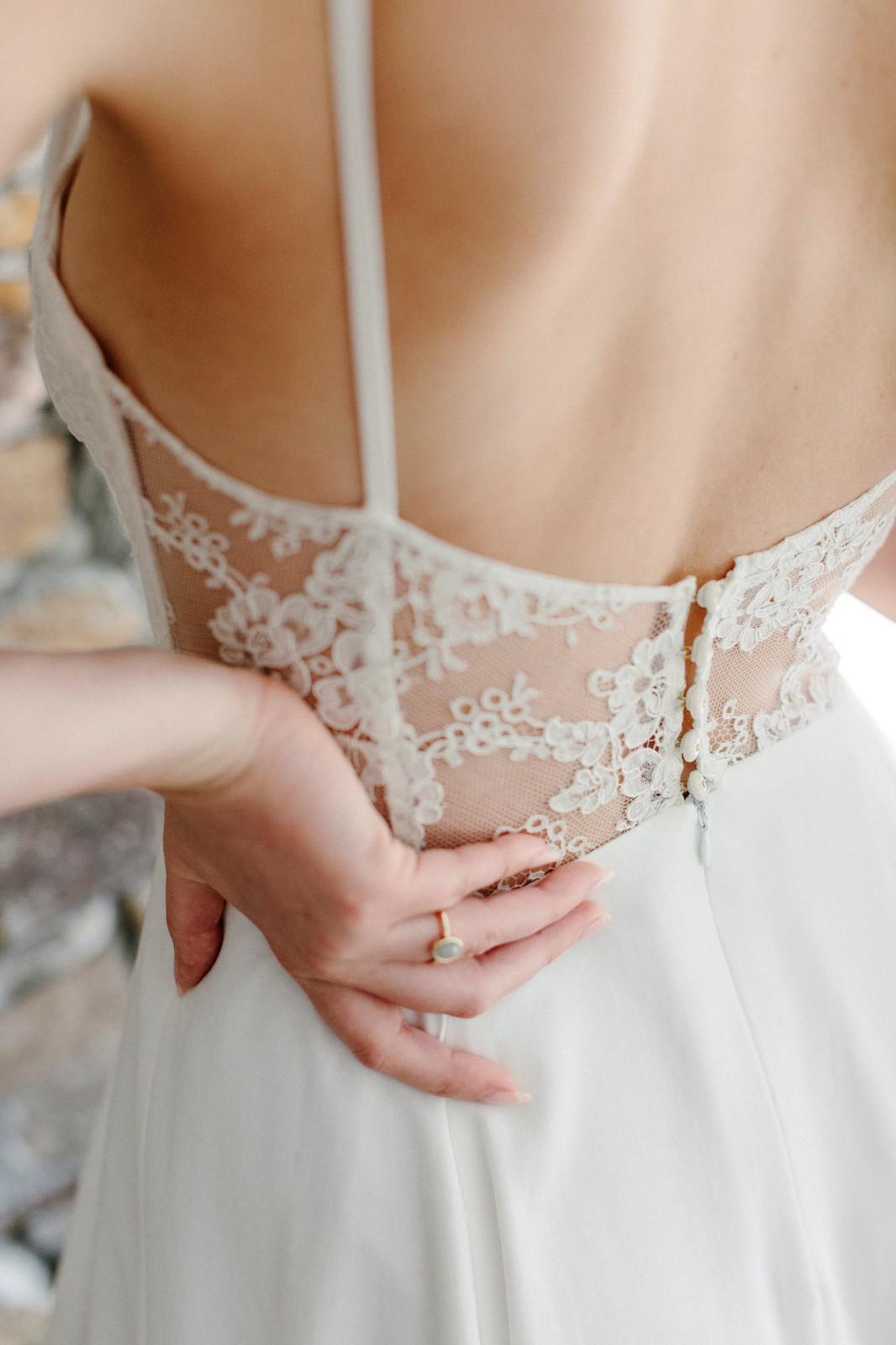 Robe de mariée avec bustier en dentelle transparent.