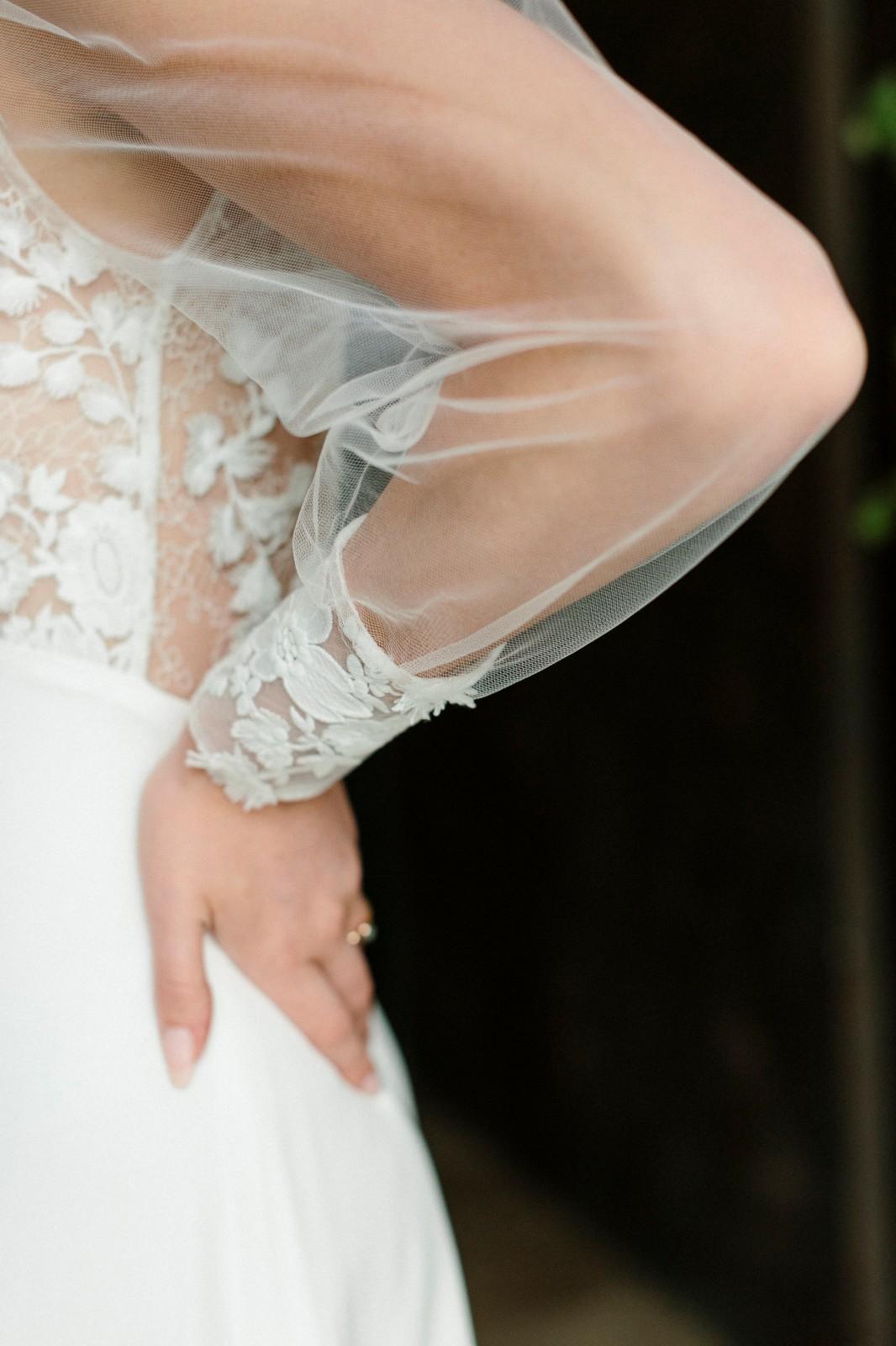 Robe de mariée avec manches bouffantes et poignets en dentelle oeko-tex.