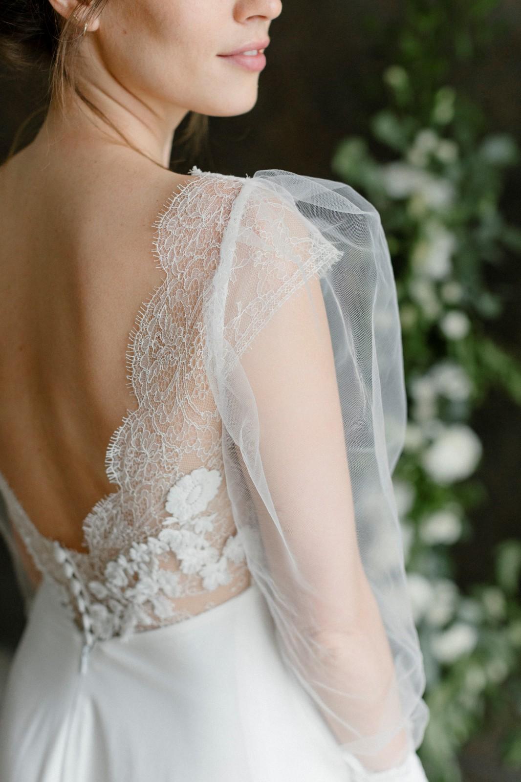Robe de mariée avec manches ballon.