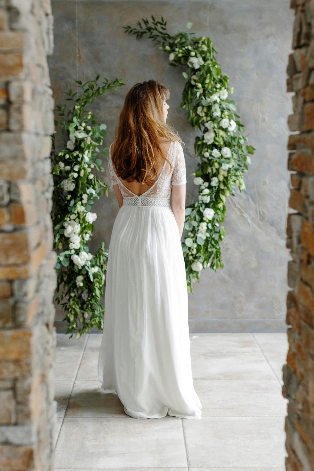 Une jolie robe avec un grand dos nu, c'est très féminin.