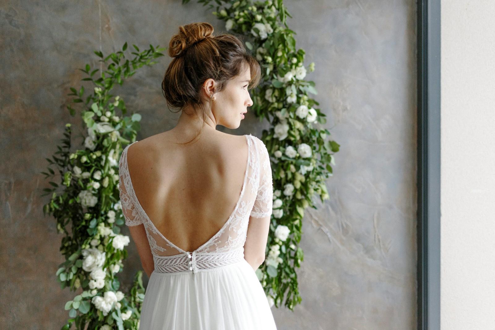 Robe de mariée bohème avec dos nu en dentelle.