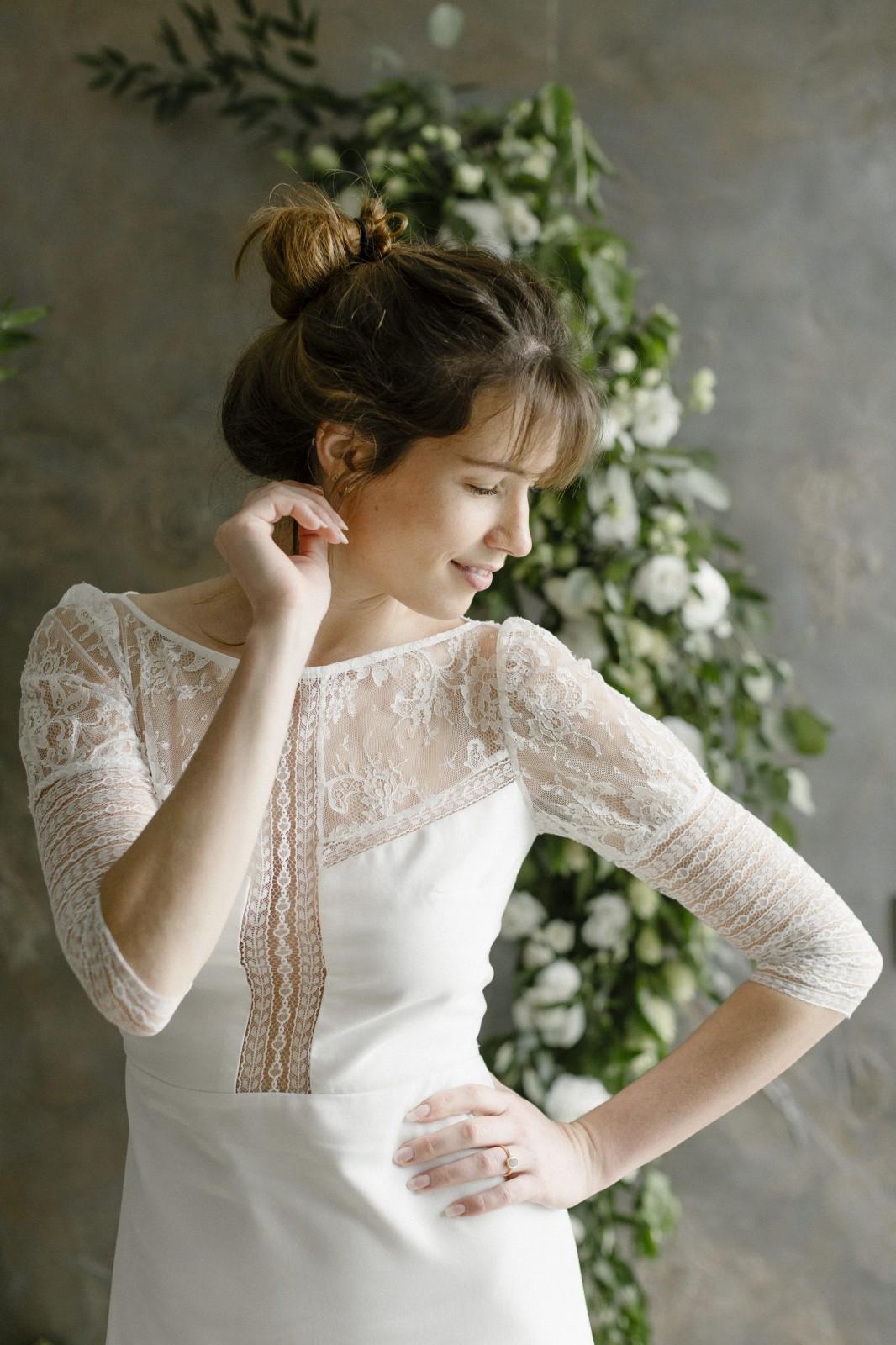 Cette belle robe de mariée est réalisée avec des chutes de dentelle de calais.