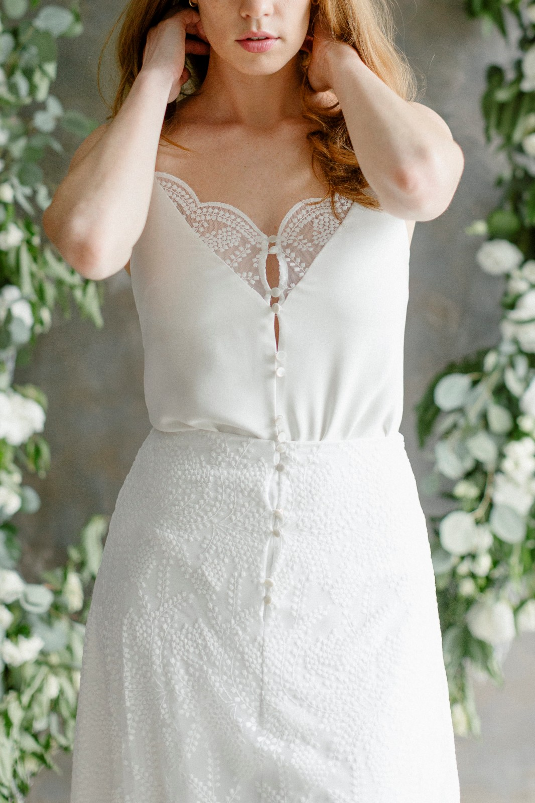 Une belle façon de reporter sa robe avec un jean's après le mariage.