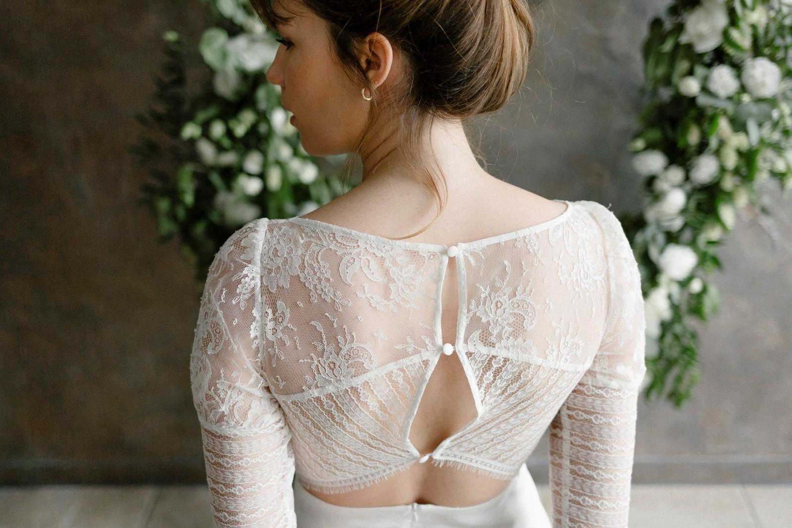 Robe de mariée créée avec des chutes de dentelle.
