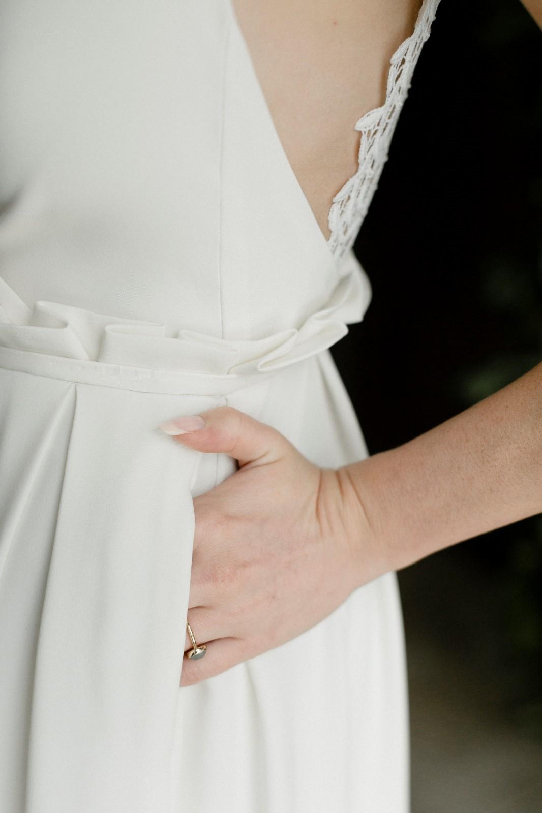 Quelle belle idée d'avoir une robe de mariée avec des poches.