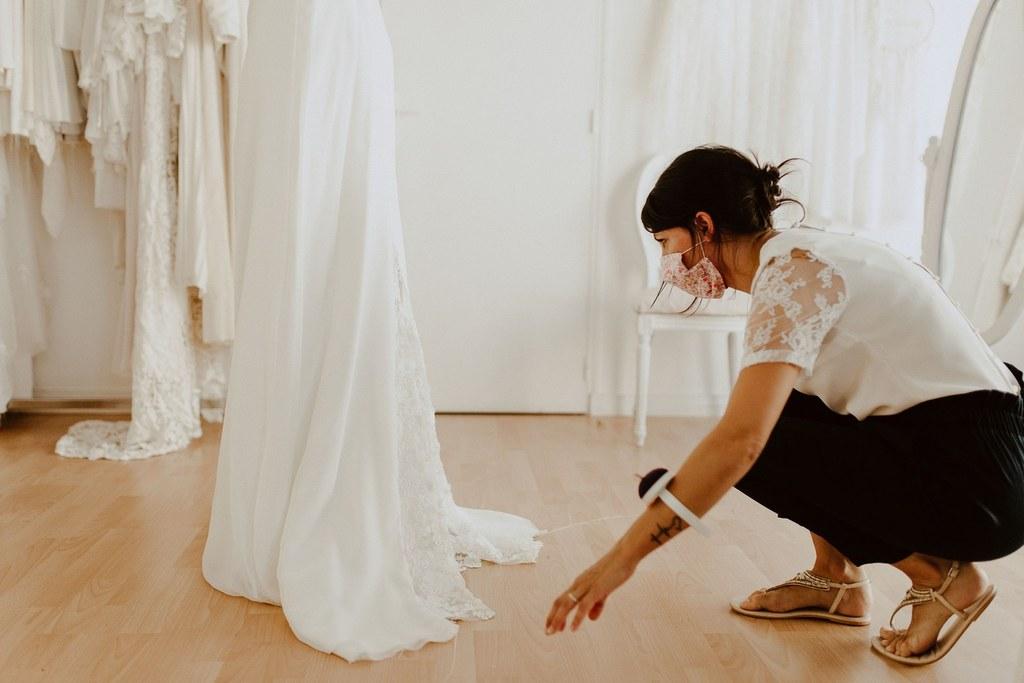 Couturière de robe de mariée à ligné.