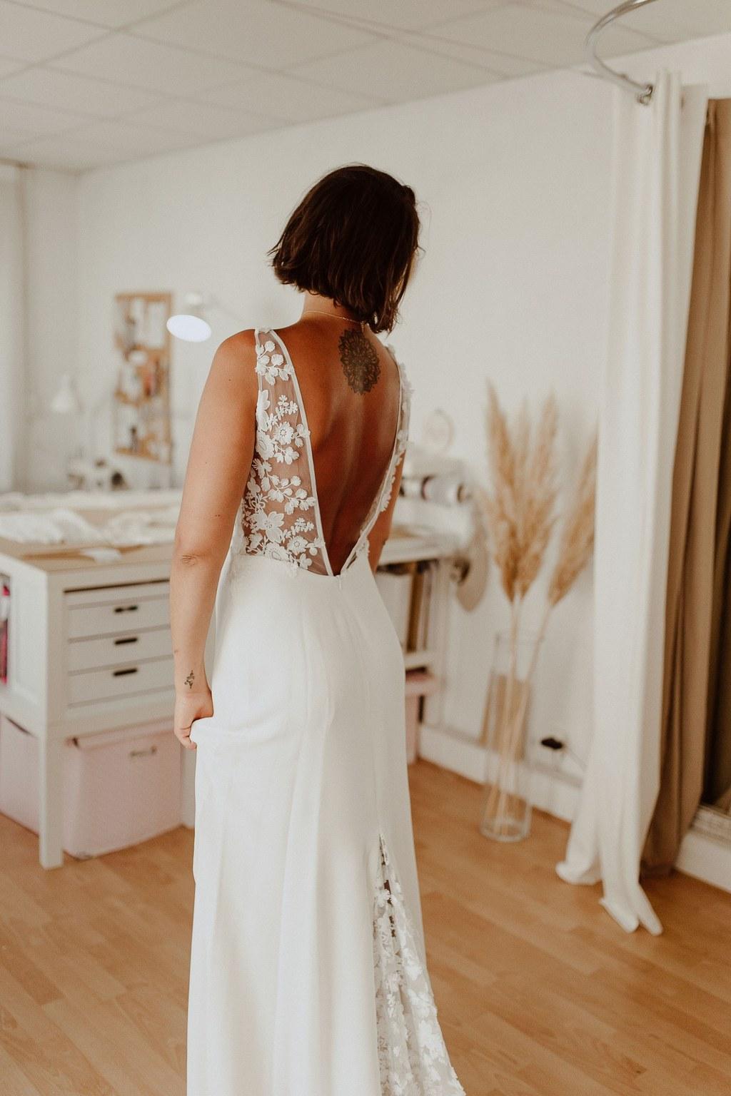 Cette belle robe à un grand dos nu en dentelle.