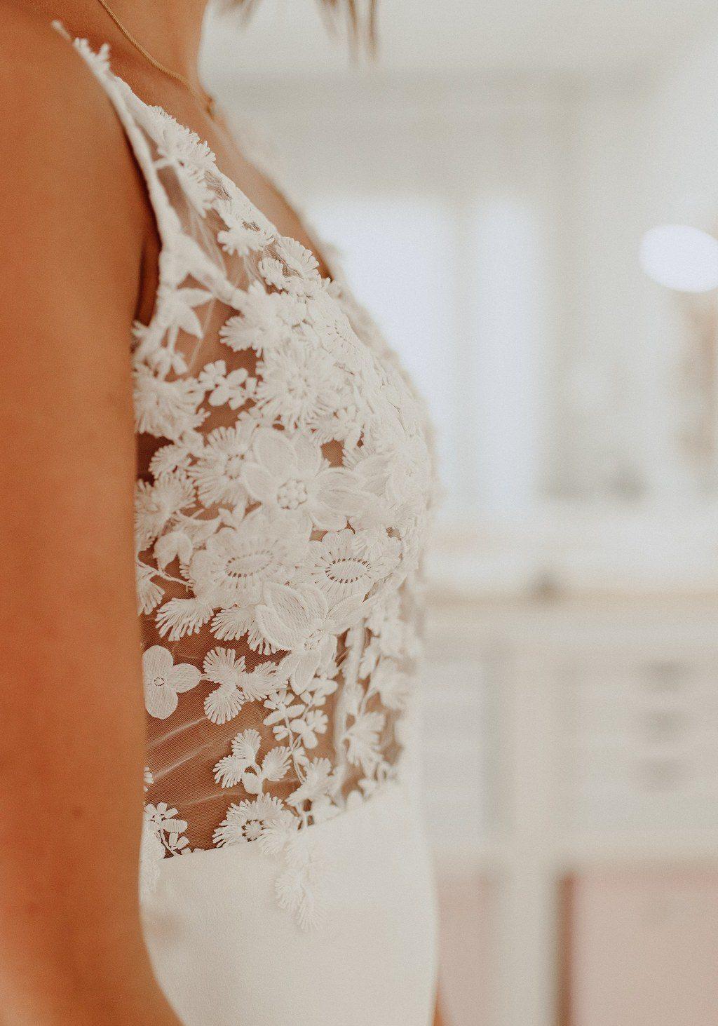 Cette robe de mariée est avec le haut en dentelle transparente.