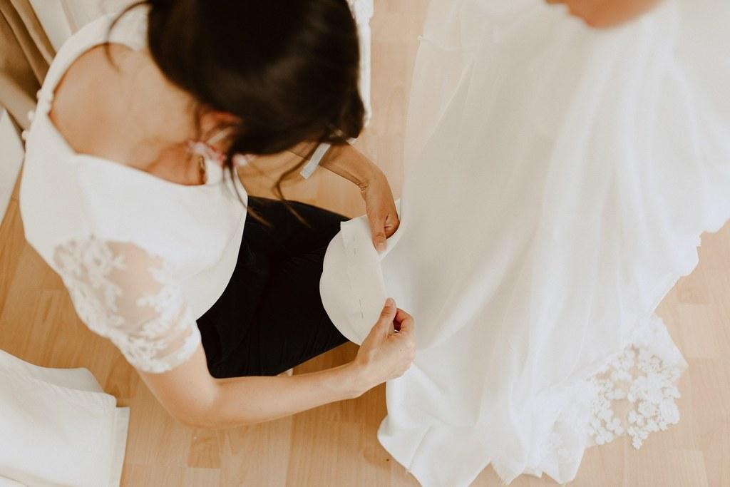Couturière spécialisée dans la robe de mariée.
