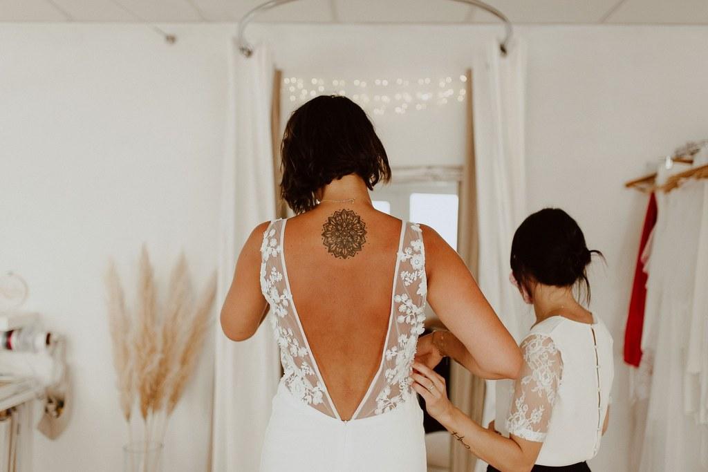 la robe de mariée de maeva est transaprente avec des morceau de dentelle qui cache la poitrine