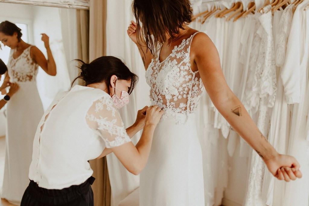 La créatrice de la robe de Maéva à appliqué toute la dentelle à la main.