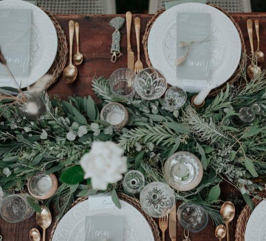 Une ambiance végétal avec des branches d'eucalyptus pour la table des mariés.